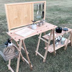 キャンプサイトのキッチン収納などに重宝する木製シェルフ。 衝立板は2タイプあり、有孔ボード用フックやS字フックなどで自由にレイアウトが楽しめる。 シェルフに荷物を置けば自宅のようにインテリアが楽しめ、荷物が多くなりがちなキャンプキッチンなどの収納にとても便利。 Camping Items, Camping Style, Tent Camping, Outdoor Camping, 2012 Nissan 370z, Tent Living, Camping Furniture, Table Legs, Picnic Table