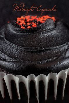 Midnight Cupcake by Cupcaketherapy, Spooky Treats, Halloween Treats, Halloween Foods, Happy Halloween, Yummy Treats, Delicious Desserts, Yummy Food, Fun Cupcakes, Cupcake Cookies
