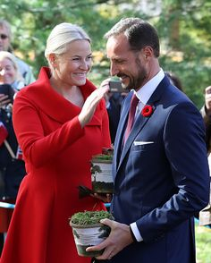 Crown Prince Haakon of Norway and his wife Crown Princess Mette-Marit hold seedlings from a red oak tree in Ottawa, Ontario on November 7, 2016.