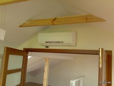 Klimatyzacja w domu. Na poddaszu trudno o montaż klimatyzacji. Skośne ściany wykluczają jej montaz, chyba że najdziemy miejsce nad drzwiami.