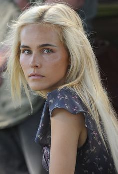 Isabel Lucas pulls off Bleach blonde hair with Dark eyebrows Isabel Lucas, Beauté Blonde, Bleach Blonde Hair, Platinum Blonde, Dark Eyebrows Blonde Hair, Bright Blonde, Face Hair, My Hair, Models