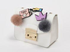 ローラがカスタムしたバッグも出品! フルラがアートを支援するオークションを開催 http://topicks.jp/102589