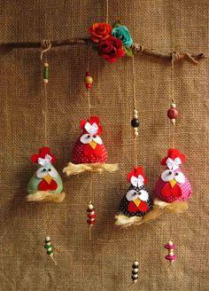 Móbile 4 galinhas. Perfeito para alegrar a decoração da sua casa. <br> <br>Medida final 40x40 cm
