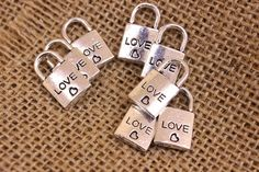 """Μεταλλικό Λουκέτο 50τεμ """"Love"""" 0160135  Μεταλλικό λουκέτο με επιγραφή """"love"""" και σκαλιστή καρδούλα.Μέγεθος: 20mm Η συσκευασία περιέχει 50 τεμάχια. Personalized Items"""