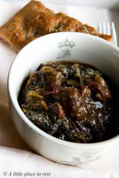 Uno spezzatino di manzo piccante con cavolo nero, accompagnato da una deliziosa focaccia al vino rosso.