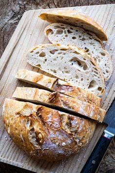Wer behauptet, #Brotbacken sei kompliziert, der kennt das 5-Minuten-Brot aus dem Backbuch von Brot-Spezialist Marian Moschen noch nicht: Zutaten abwiegen, durchrühren, stehenlassen und backen. Fertig ist das einfachste Brot der Welt! #brotrezepte #brotbacken #5minutenbrot #backen #backbuch #brot #rezepte #rezeptideen #einfachbacken #einfacherezepte #mannbacktbrot Low Carb Ketchup, Diy Simple, Easy Bread Recipes, Evening Meals, Food Items, Bread Baking, Tasty, Stuffed Peppers, Dishes