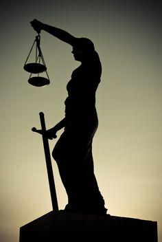 La Dama de la Justicia tiene los ojos vendados, porque se supone que juzga a todos por igual, cosa que en España y en otros muchos países no hacen...