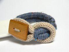 Bracelet tricot en laine beige clair et lavande avec bouton fait main en bois.