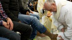 El lavado de los pies es un tradicional ritual llevado a cabo en Semana Santa que recuerda un gesto de Jesús antes de ser crucificado.