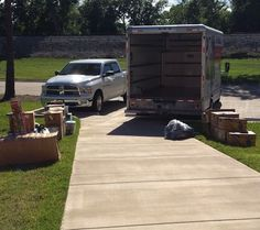 Helpful Moving Tips Everyone Should Know ~ Lay everything out on the lawn first so you can strategize how to efficiently load up! Moving List, Moving Checklist, Moving Day, Get Moving, Moving House, Packing To Move, Packing Tips, Life On A Budget, Time To Move On