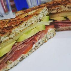 #HoyCenamos... Sándwich de #aguacate y #quesos con #bacon de pavo!  #Riconudo