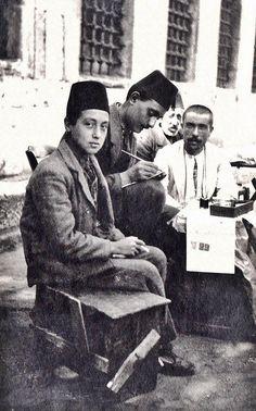 ARZUHALCÍ (public scrivener).  Near the Süleymaniye Mosque, Istanbul, ca. 1900.