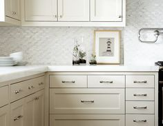 Having nice Kitchen Cabinet Pulls / Handles present in Kitchen Cabinet can really impression the feel and appear of any house in your house from black pulls, Kitchen Cabinet Drawers, Kitchen Cabinet Pulls, White Kitchen Cabinets, Kitchen Interior, New Kitchen, Kitchen Design, Kitchen Decor, Kitchen Ideas, Kitchen Inspiration