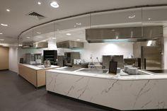 mobilier spécifique restaurant d'entreprise. Habillage cuisines professionnelles. Restaurants, Decoration, Kitchen Island, Retail, Inspiration, Home Decor, Business, Decor, Island Kitchen