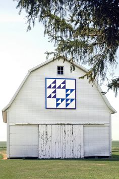 """""""Cat's Cradle""""barn quilt on old corn crib in Holland, Iowa. The quilt pattern almost looks photoshopped, but it's still neat."""