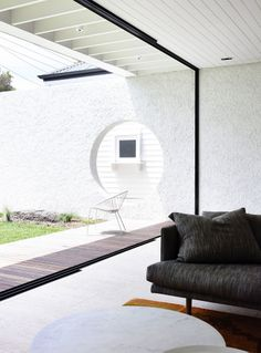 Westgarth House: A Wash of White Unifies Old and New