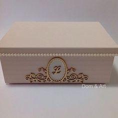 Caixa personalizada! Revestida com papel de parede, detalhes de pérola e arabesco dourado. ✨