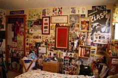 bedroom heavily covered walls, some frames, some magazines/posters Edgy Bedroom, Grunge Bedroom, Room Ideas Bedroom, Bedroom Designs, My New Room, My Room, Bric À Brac, Teen Girl Bedrooms, Tiny Bedrooms