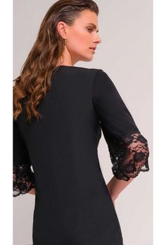 Φόρεμα μαύρο γυναικείο.Φόρεμα απο κρεπ ύφασμα σε ίσια γραμμή με μανίκια 3/4. Έχει χαμηλή λαιμόκοψη και στο τελείωμα των μανικιών έχει δαντέλα. Κουμπώνει στην πλάτη με φερμουάρ. Μήκος φορέματος 107εκ., μηκος μανικιού 47εκ. pes 88%-sp12%.Ελληνική ραφή