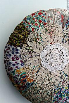Liberty print cushion and doilies Schöne Idee für Stoffreste und alte Deckchen
