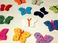 Diese Häkel-Schmetterlinge oder Falter verschönern nicht nur Fenster und Gärten, sondern auch Kinderzimmer und Babywiegen.
