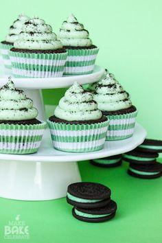 Cupcakes Oreo à la menthe pour la St Patrick Recipes and Drinkzzz Oreo Cupcakes, Gourmet Cupcakes, Cupcakes Fondant, Cupcake Flavors, Yummy Cupcakes, Cupcake Recipes, Cupcake Cakes, Dessert Recipes, Flavored Cupcakes