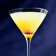 Flirtini - sparkling martini made with vanilla vodka, champagne and pineapple juice. This is not only gorgeous but delicious cocktail, which is actually a sparkling martini! Party Drinks, Cocktail Drinks, Fun Drinks, Yummy Drinks, Alcoholic Drinks, Beverages, Champagne Cocktail, Vodka Cocktails, Favors
