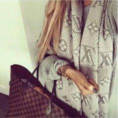 Maglione della luis vitton grigio, con borsa.
