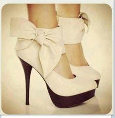 zapatos con gran moño y taco alto color beige
