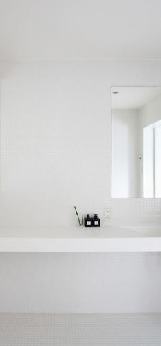 minimalistic bathroom articles in pure white | bathroom . Bad . salle de bain | Design: Muji |