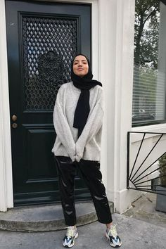 24 Genius Fall Sweater Outfits I'm Copying From Our Readers - - Sweater weather is officially upon us—here are the 24 outfits I'll be copying straight from WWW readers. Hijab Casual, Ootd Hijab, Casual Chic, Modern Hijab Fashion, Street Hijab Fashion, Muslim Fashion, Oversized Sweater Outfit, Sweater Outfits, Sweatshirt Outfit