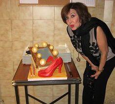 La actriz celebró su 73 cumpleaños con una jessitarta con forma de espejo y zapato de salón de azucar
