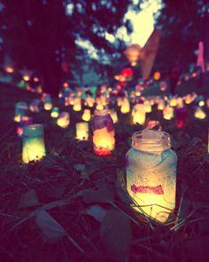 Una serata di fine estate, un momento di pace, solo le lucciole, attratte dal calore delle persone