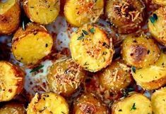 Recipe: Parmesan potatoes, herbs and garlic- Recette : Pommes de terre au parmesan, fines herbes et ail rôti Recipe: Parmesan Potatoes, Herbs and Roasted Garlic - Garlic Parmesan Potatoes, Oven Roasted Potatoes, Roasted Garlic, Roti Recipe, Vegetable Side Dishes, Holiday Recipes, Christmas Recipes, Food Print, Easy Meals