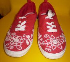 Sapatilhas personalizadas.   Para encomendas ou informações enviar email para mumies.design@gmail.com