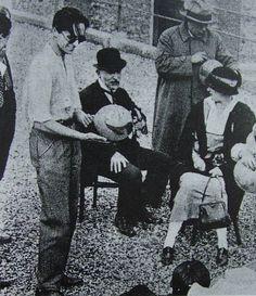 Erik Satie - 1924 - Ces contradictions lui permettent de développer une facture originale dans laquelle il raille aussi bien la vanité de la musique savante que la complexité des recherches contemporaines.  Son attitude marginale vaut à Satie l'attachement de nombreux jeunes compositeurs auxquels il montre une voie plutôt que de leur imposer des limites. À l'heure des coteries d'artistes cherchant à se démarquer des académies, les membres du groupe des Six le découvrent grâce à Jean Cocteau