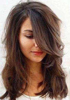 Des cheveux longs, dégradés et une grande mèche