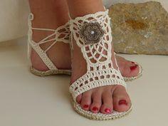 Diese Sandalen sind garantiert ein Blickfang an den Füßen. Sie sind auch für die Straße geeignet und sind angenehm zu tragen. Für einen besseren Halt werden Bindebänder angebracht, so passen sie sich individuell dem Fuß an. Endlich einmal Sandalen, die nicht drücken, sondern einfach nur bequem sind.  In der Anleitung wird Schritt für Schritt anhand von vielen Bildern erklärt, wie du zu deinem Ergebnis kommst. Sie beinhaltet Häkelschriften, sowie einen allgemeinen Teil zu bestimmten…