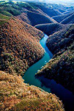 Sil River crossing over the Ribeira Sacra (Galicia, Spain) is a wonder. The river seems an endless blue snake harassed by stone giants. On both sides, the mountain slopes have been transformed by the man in terraced vineyards within the Ribeira Sacra Denomination of Origin, some of the most wonderful wines in the country.