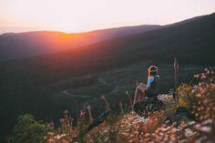 Обои Девушка с венком на голове, сидит на камне и смотрит на закат