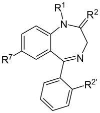 """La structure principale des benzodiazépines. Les labels """"R"""" dénotent des chaînes latérales, donnant aux différentes benzodiazépines leur propriété. R7 étant dans la majorité des cas un atome de chlore. L'ajout d'un atome de fluor ou de chlore en R2' augmente la puissance des effets de la benzodiazépine."""