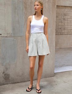 Breezy Linen Pieces You'll Want to Live in This Summer Khaki Shorts Outfit, Bermuda Shorts Outfit, Shorts Outfits Women, Mode Outfits, Fashion Outfits, Cute Casual Outfits, Short Outfits, Short Dresses, Summer Outfits
