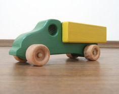 Flavia puede llevar una variedad de objetos en su cama: muñequitas, bloques de construcción, su libro favorito del cuadro... Sólo usa tu imaginación!    Dimensiones: aproximadamente 58 cm de largo, 9,5 cm de ancho, 11 cm de alto (aproximadamente 22,5 x 3,75 x 4.25 ). El aspecto del producto puede diferir ligeramente de lo visto en las fotos – los productos son hechos a mano y cada elemento es único.    El producto está hecho totalmente de madera. Todas las esquinas y los bordes son…