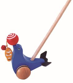 Wanneer je de duwstok vooruit duwt zal de bal op de neus van de zeehond rond draaien. DE stok bestaat uit een blauwe zeehond met bal en een blanke stok. De stok heeft een afmeting van 44 cm. - Duwstok zeehond: 13x10x19/44 cm Pintoy