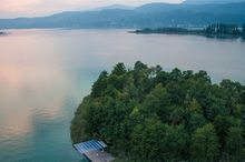 Everything about your favorite swimming lake - Lake Wörthersee: ✔ Water Temperature ✔ Lakeside Beaches ✔ Weather. Lakeside Beach, Carinthia, Beach Weather, Cultural Events, Windsurfing, Alps, Adventure Time, Diving, Swimming