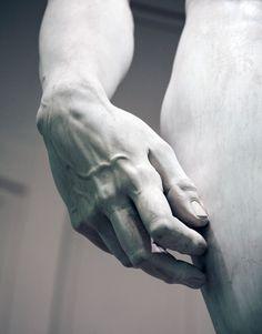 Miguel Ángel comenzó a esculpir la estatua de David a partir de un único bloque de marmol desechado en 1501.