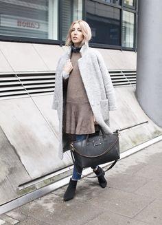 Strickkleid, Ganni, Coat, Teddy, Bandana, Fransensaum, Denim, cropped, Asos, O MY BAG, Look, Style, lotd, ootd, Streetstyle, minimal. Inspiration, Blog, Fashion