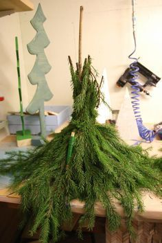 En sån här charmig tomte står numera på min al… Christmas Planters, Christmas Gnome, Diy Christmas Tree, Outdoor Christmas Decorations, Xmas Tree, Christmas Projects, Simple Christmas, Winter Christmas, Christmas Wreaths