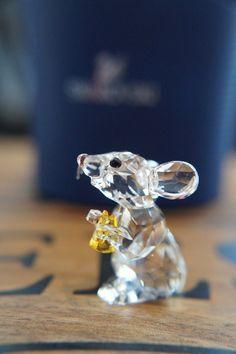 SWAROVSKI # 5004691 МЫШЬ окрашенного кристалла BRAND NEW Этот маленький ясный кристалл мыши так счастлива со своим маленьким сыром в свете Топаз кристалла! Тонкие усы, хвост и уши показывают большое внимание к деталям. Не игрушка. Не подходит для детей в возрасте до 15 лет. Дизайнер: Элизабет Adamer Статья не № .: 5004691 Приблизительный размер: 1 3/8 х 1 1/8 дюйма