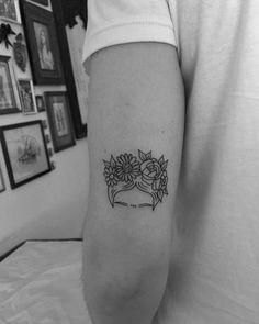 FRIDA KAHLO #fridakahlo #fridakahloart #fridakahlotattoo #fridakahlolovers #minimaltattoo #smalltattoo #tattooforgirls #inspirationtattoo…